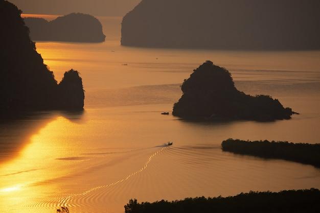 漁師のライフスタイルと朝の海の日の出。 無料写真