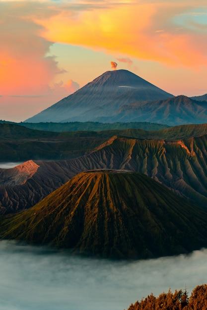 日没時の火山 無料写真