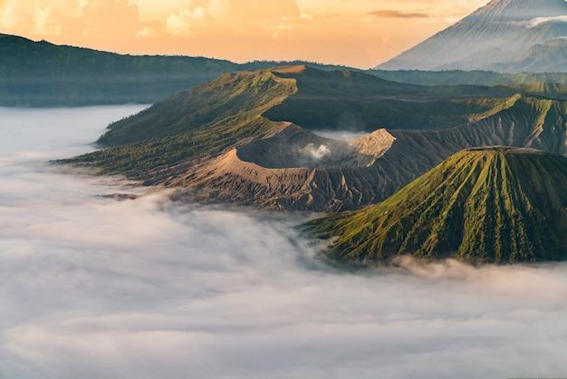 日没時の霧の火山 無料写真