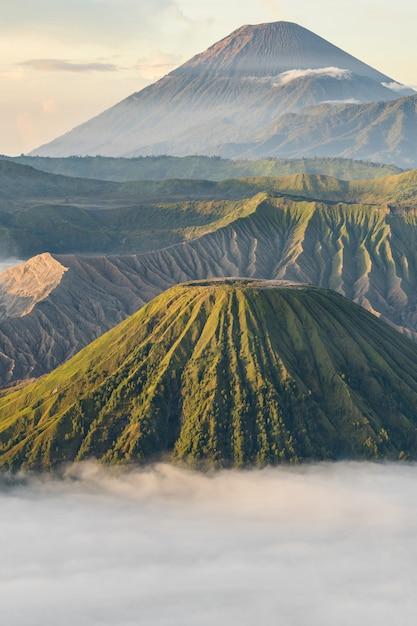 霧の山岳風景 無料写真