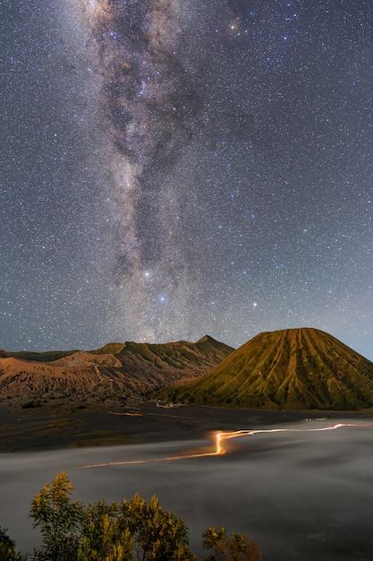 夜の山の風景と天の川銀河 無料写真
