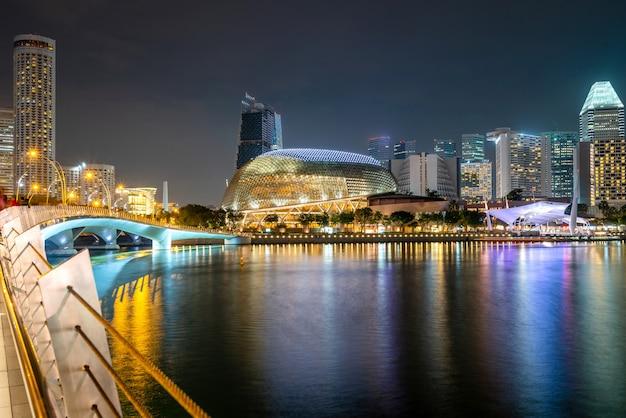 夜に照らされた高層ビル 無料写真