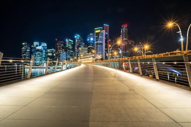 夜の高層ビルとの長い道 無料写真