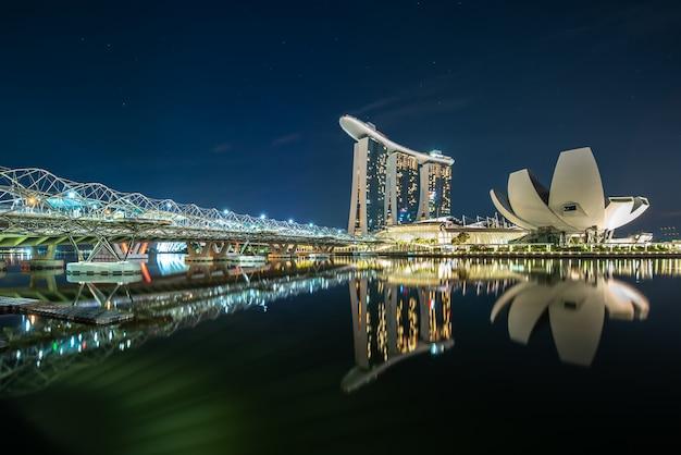 夜のマリーナベイは水に反映 無料写真