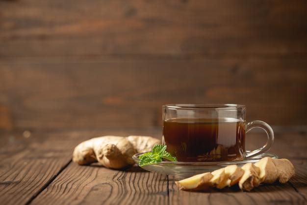 Горячий имбирный сок и имбирь нарезанный на деревянный стол. Бесплатные Фотографии