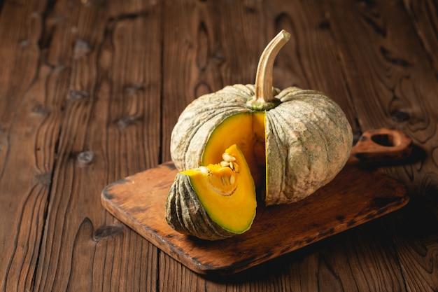 木製のテーブルに秋のカボチャ。 無料写真