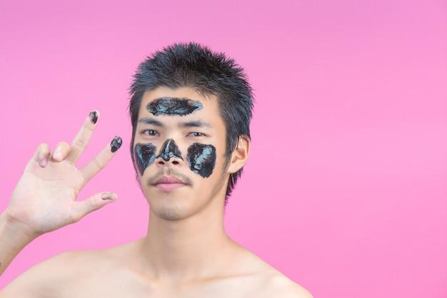 Красивые мужчины, которые наносят черную косметику на лица и имеют розовый цвет Бесплатные Фотографии