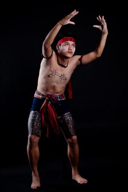 伝統的なダンスをしている若いタイ人 無料写真