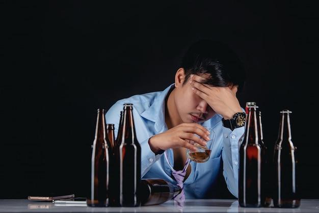 多くのボトルでウイスキーを飲むアルコールアジア人 無料写真