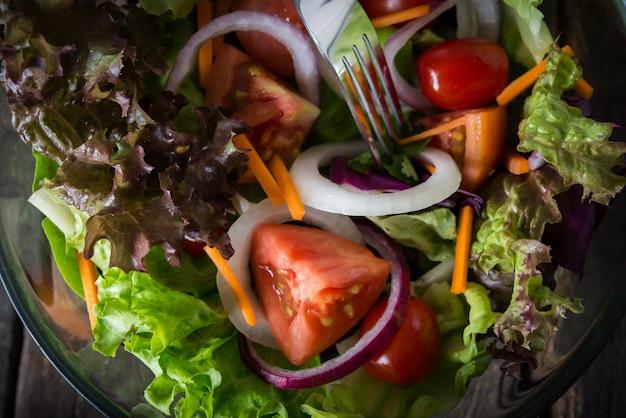 新鮮な野菜のサラダを閉じます。 無料写真