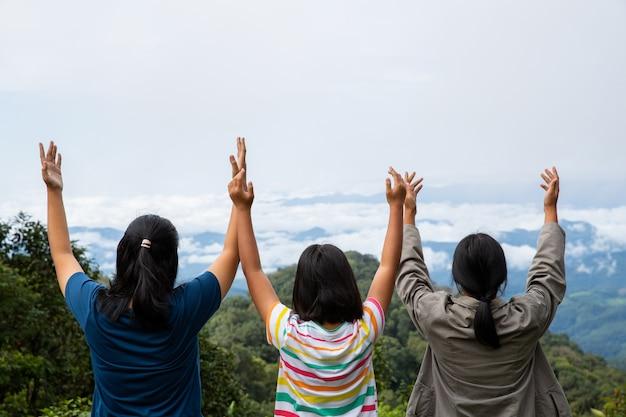 Счастливые подростки глубоко дышат свежим воздухом на вершине горы, дышат чистым воздухом Бесплатные Фотографии