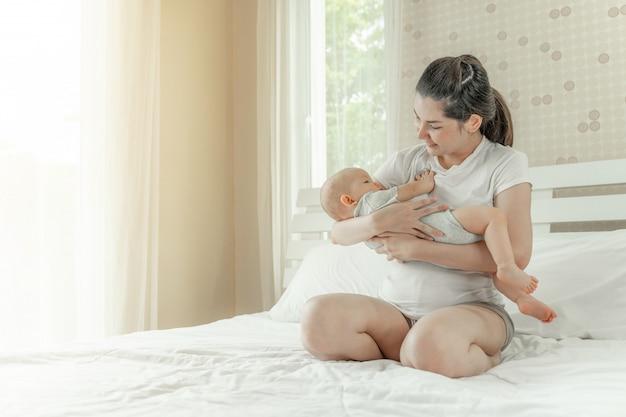 Младенец в объятиях матери Бесплатные Фотографии