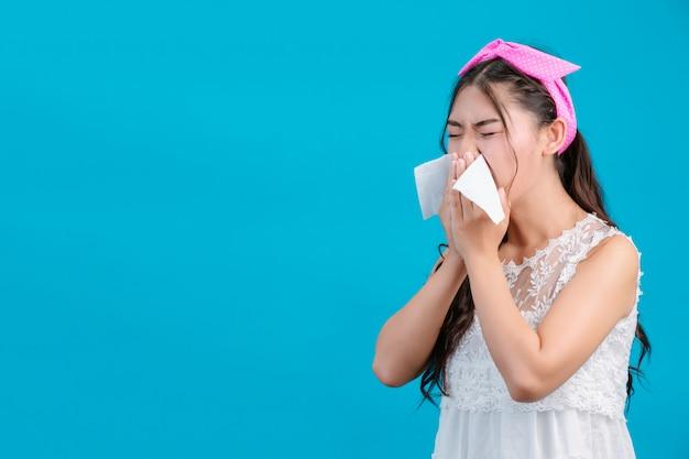 Девушке в белой пижаме неудобно. с помощью салфетки вытираю нос по синему. Бесплатные Фотографии