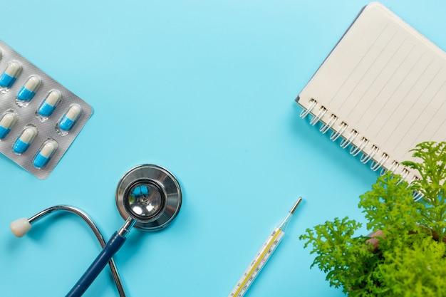 薬、青に置かれた医療用品。 無料写真