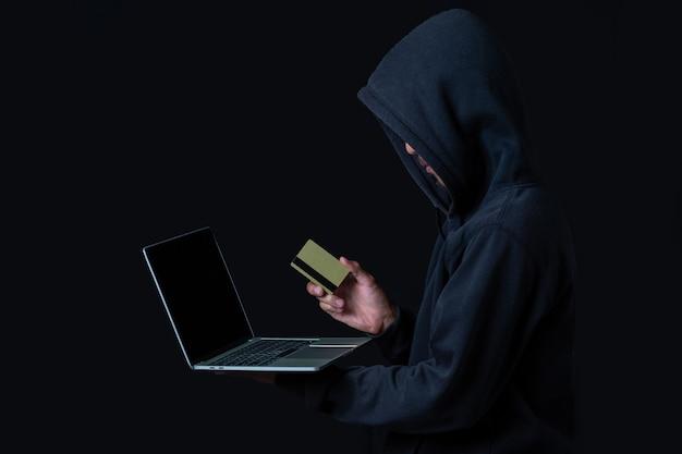 Хакер с ноутбуком и золотой кредитной картой Бесплатные Фотографии