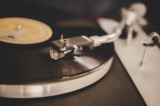 ビンテージビニールとレコードプレーヤーを回転 無料写真