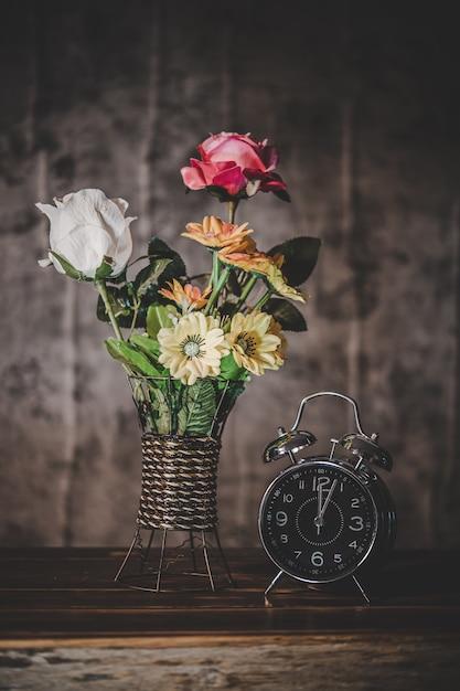 Натюрморт с вазами для цветов и часами Бесплатные Фотографии