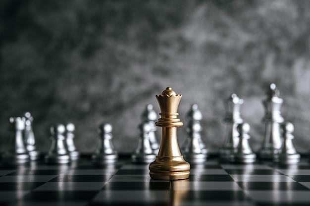 Золотые и серебряные шахматы на шахматной настольной игре для концепции лидерства в метафоре бизнеса Бесплатные Фотографии