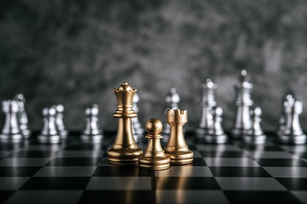 ビジネスメタファーリーダーシップコンセプトのチェスボードゲームで金と銀のチェス 無料写真
