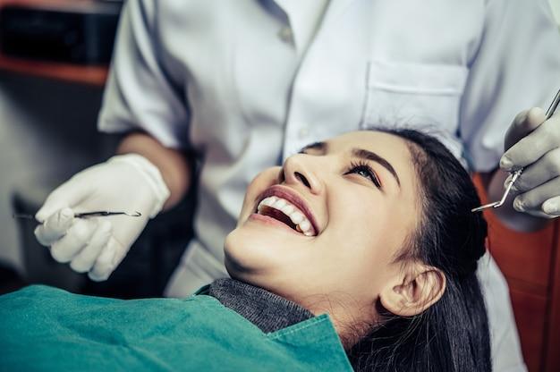 歯科医は患者の歯を治療します。 無料写真