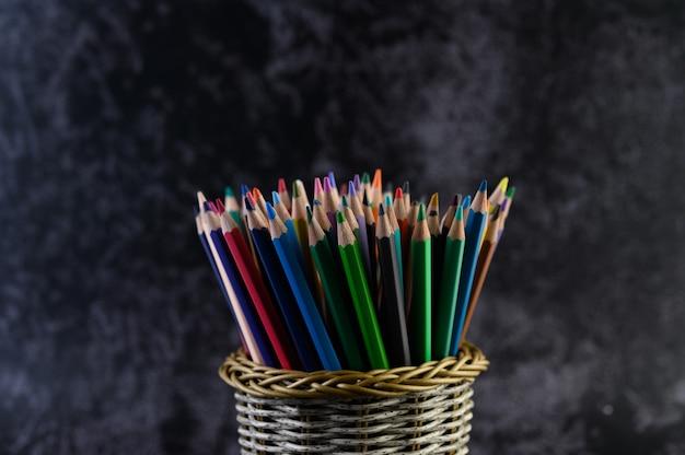 Цветные карандаши в пенале, выборочный фокус Бесплатные Фотографии