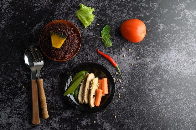 鶏胸肉のグリルで調理した紫色の米の実。かぼちゃ、にんじん、ミントの葉を皿に、きれいな食べ物。 無料写真