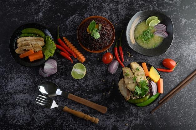 黒い石のテーブルに野菜、肉、魚の盛り合わせと料理。上面図。 無料写真