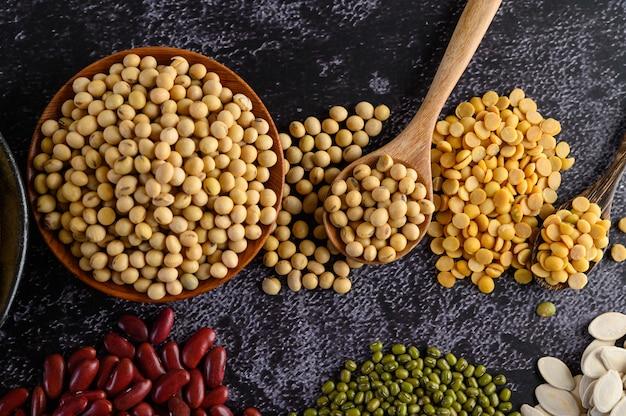 マメ科植物、および黒いセメントの床での豆の品揃え。 無料写真