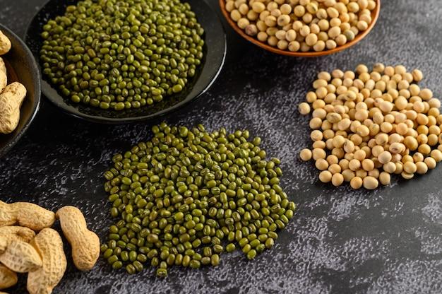 大豆、落花生、緑豆を黒セメントの床に。 無料写真