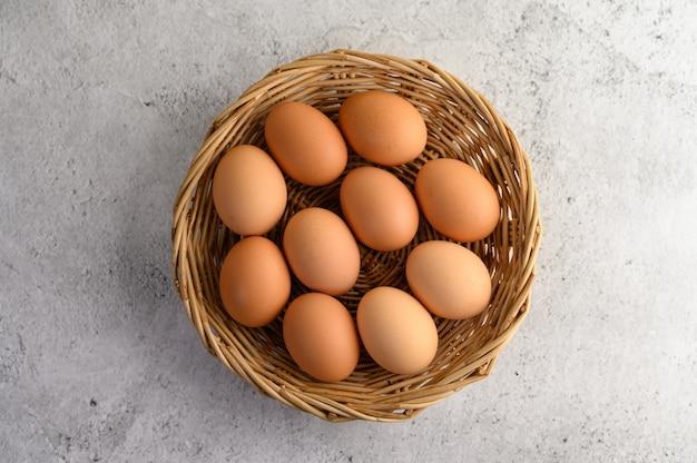 枝編み細工品バスケットにいくつかの茶色の卵 無料写真