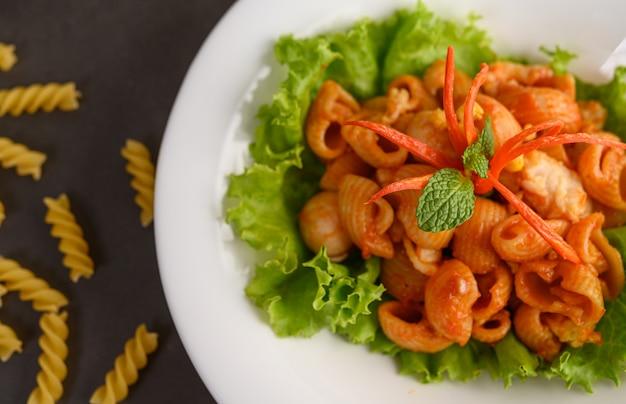 Жареные макароны с томатным соусом и свининой Бесплатные Фотографии