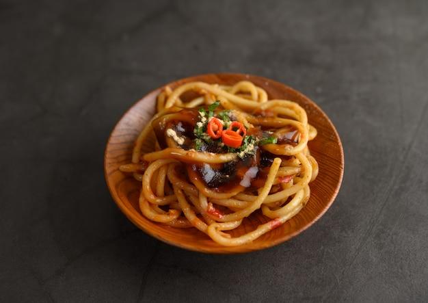 食欲をそそるスパゲッティイタリアパスタトマトソース添え 無料写真