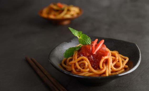 Аппетитная итальянская паста спагетти с томатным соусом Бесплатные Фотографии