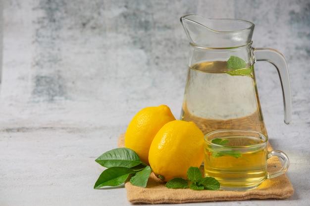 ガラスの瓶に新鮮なレモンとレモンジュース 無料写真