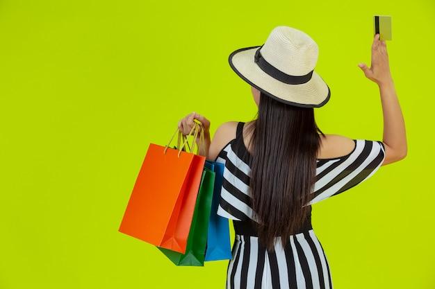 Женщины делают покупки с сумками и кредитными картами Бесплатные Фотографии