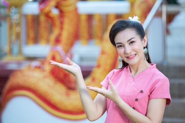 Тайская северная леди, улыбаясь в розовой рубашке Бесплатные Фотографии