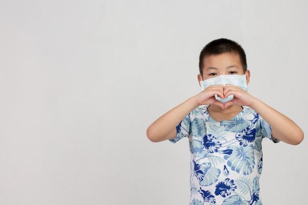 白い背景でポーズマスクを持つ少年 無料写真