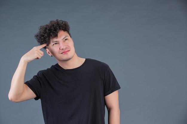 Человек показывая жест рукой в студии за представлять Бесплатные Фотографии