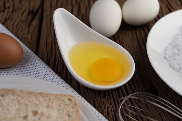 Яйца, хлеб, мука из тапиоки и венчик, ингредиенты, используемые в пекарне Бесплатные Фотографии
