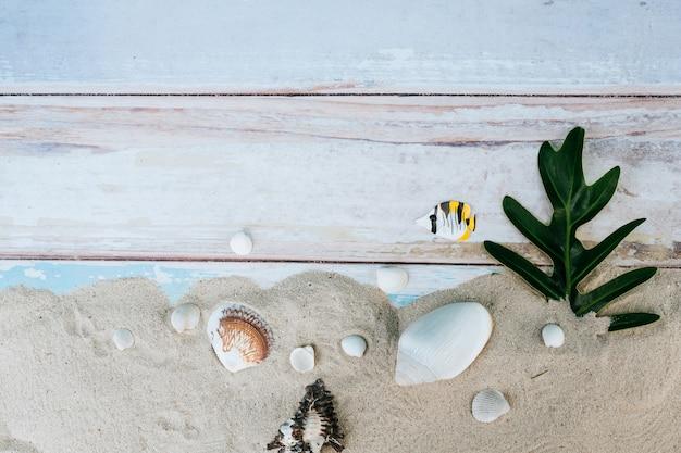 夏のアイテム、ホリデーシーズンの色の壁のアクセサリー。 無料写真