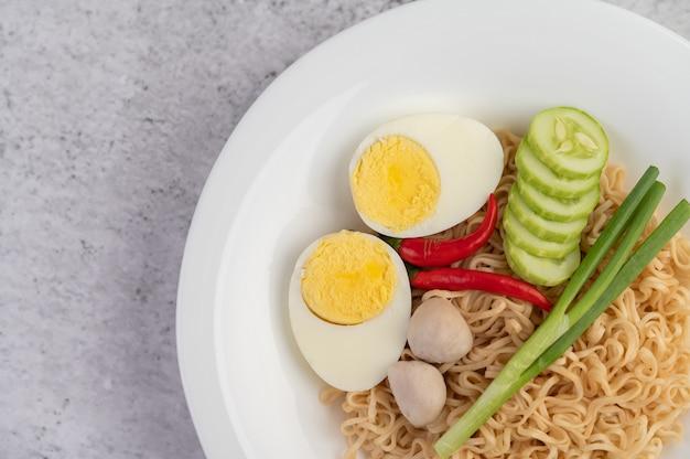 白い皿にゆで卵のママ。 無料写真