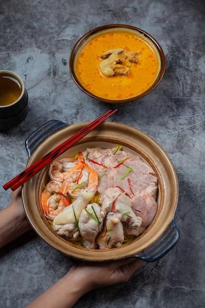 タイ北部の料理(カオソイルアム)、食材で飾られたスパイシーなヌードルスープ。 無料写真