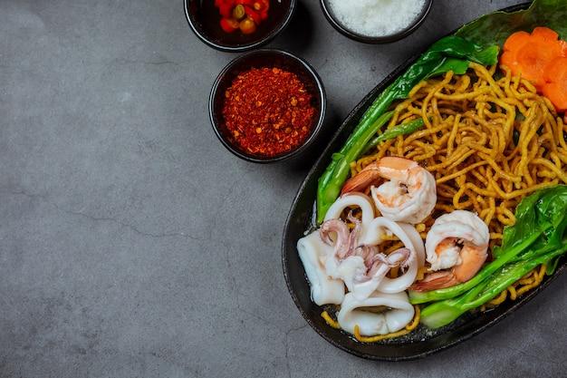 Лапша с морепродуктами, хрустящая лапша, тайская еда Бесплатные Фотографии