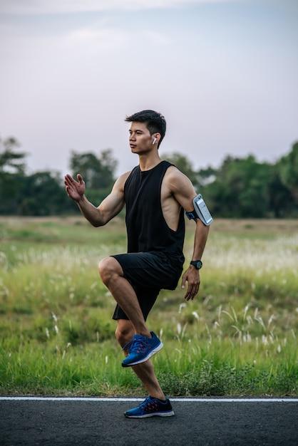 Мужчины тренируются, бегая и поднимая колени вперед. Бесплатные Фотографии