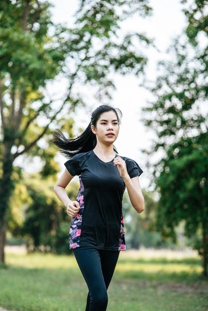 Женщины занимаются бегом по улицам парка. Бесплатные Фотографии
