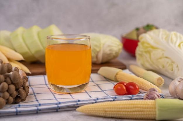 Кукуруза, помидоры, капуста и грибы на ткани Бесплатные Фотографии