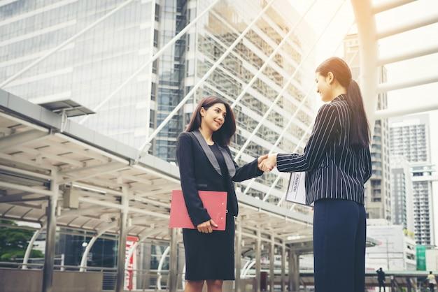 ビジネスマンとの握手、ハンドシェイクビジネスパートナーの仕事の取引。 無料写真