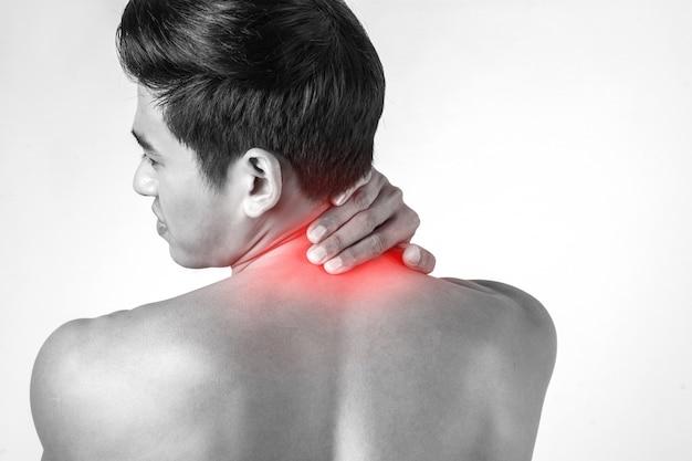 Мышечный человек использовать ручки на шее, чтобы уменьшить боль, изолированных на белом фоне. Бесплатные Фотографии