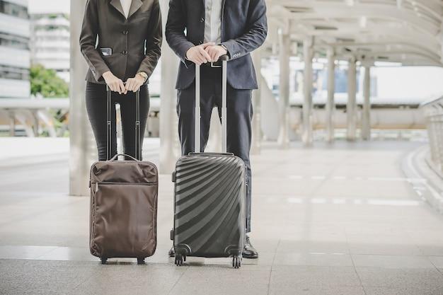 ビジネスマンと女性が出張に行く。 無料写真