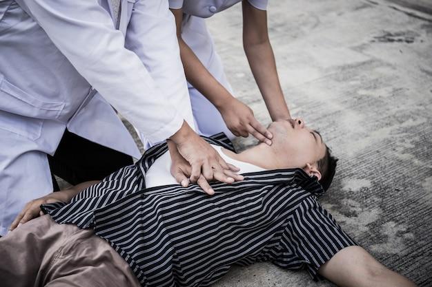 Чрезвычайная слр на человека, медсестра пытается обработать реанимацию (первая помощь) Premium Фотографии